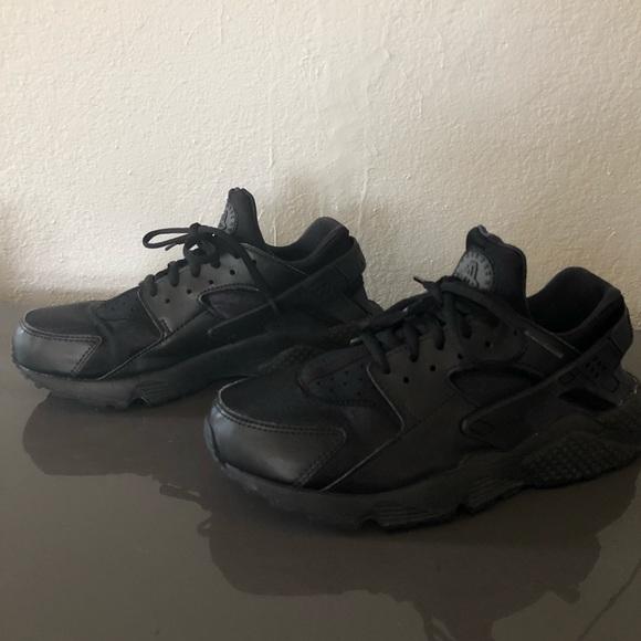 Nike huaraches black on black running shoes